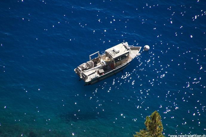 Ikke tur-båd, men kunne ses fra kanten hvis man lænede sig lidt ud.
