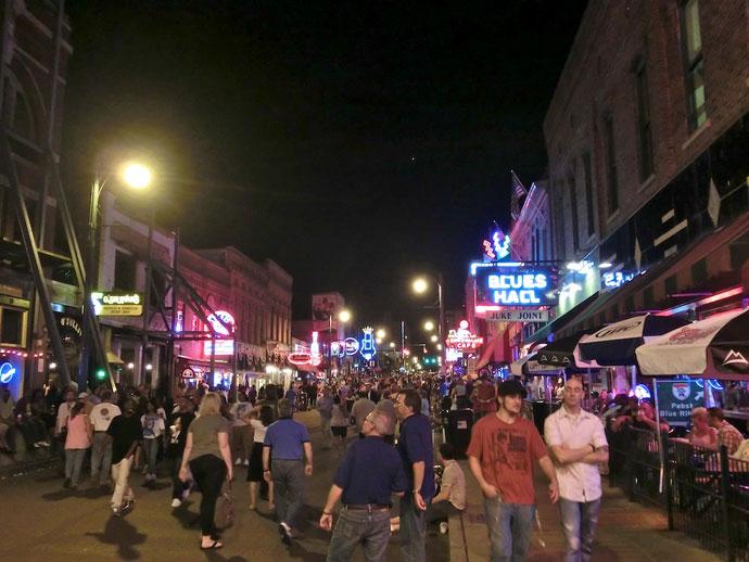Ribs og akrobater på Beale Street i Memphis