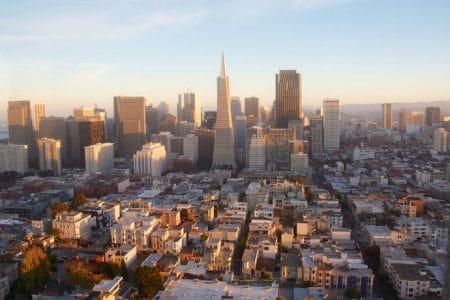 Sporvogne og Coit Tower i San Francisco