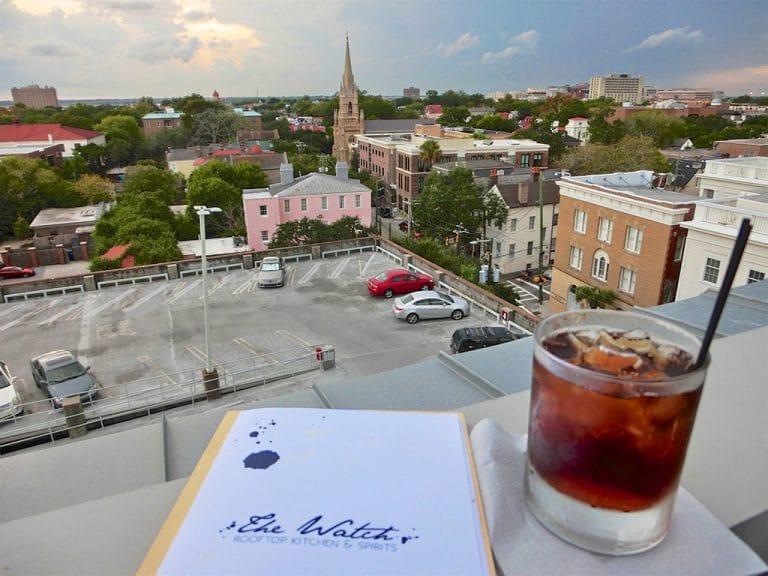 Rooftop snacks og craft cocktails i Charleston